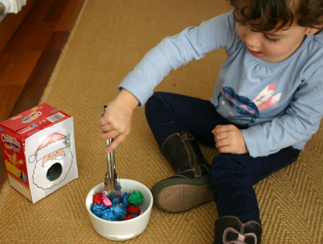 juegos y manualidades infantiles navidad para trabajar motricidad fina: uso pinzas