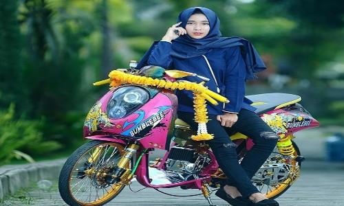 Foto-Cewek-Hijab-Di-Atas-Scoopy-Modif