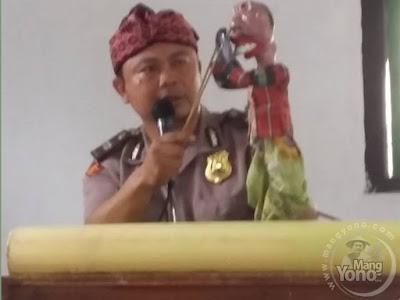 Polsek Binong, Kab. Subang sosialisasikan gerakan anti Narkoba kepada anak sekolah dengan seni wayang golek