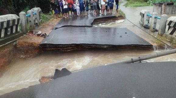 Berita Musibah : Korban Banjir di Kabupaten Bangka Mengungsi ke Rumah - rumah Warga