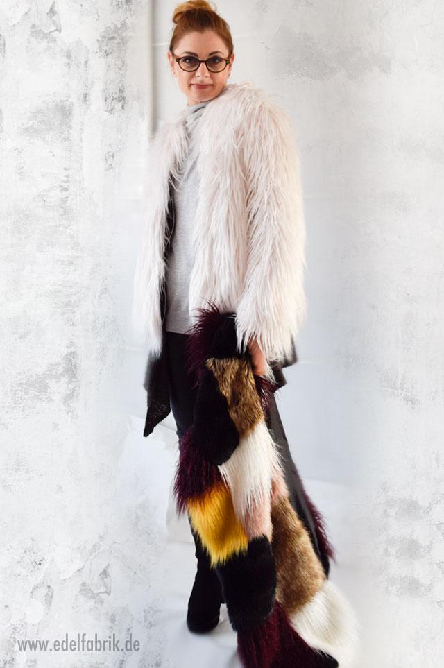 Bunter Fakefurschal mit heller Felljacke und Lederleggings