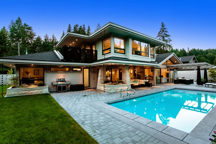 Backyard of Contemporary home by Trevor Euley in Canada