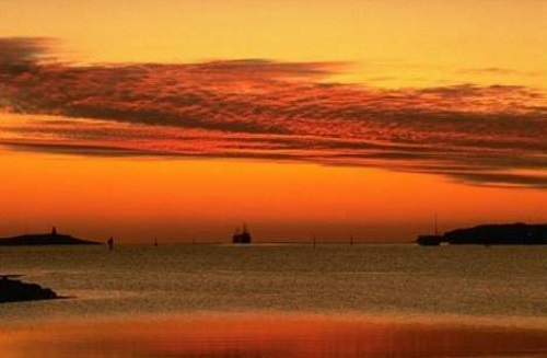 Barco ao nascer do sol.
