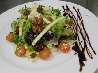 Ensalada de rúcula, calabacín y gorgonzola.
