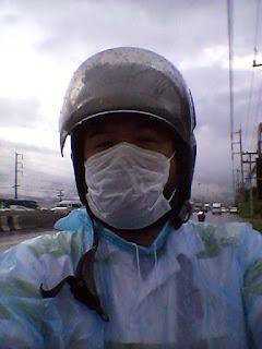 ขับขี่มอเตอร์ไซค์หน้าฝน สวมผ้าปิดปาก จมูก