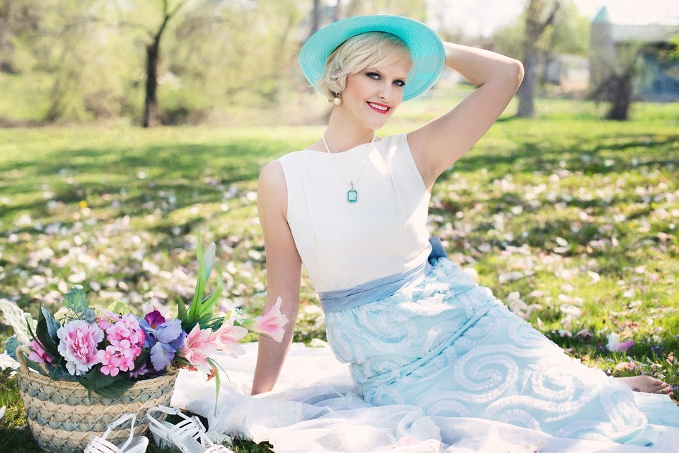 https://pixabay.com/pl/pi%C4%99kna-kobieta-piknik-wiosna-764078/