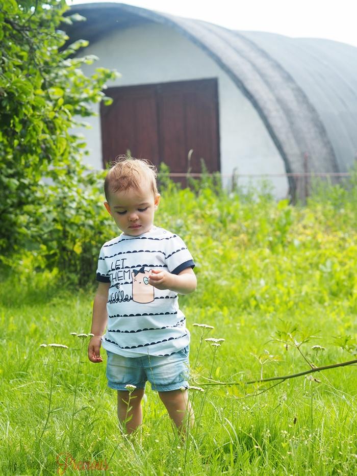 dziecko stodoła