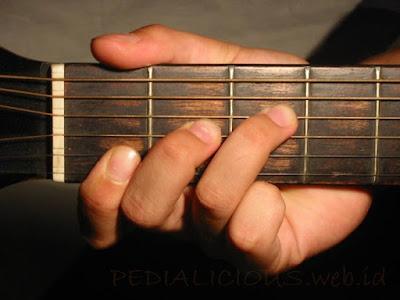 Cara Menekan Senar Chord F Major untuk Gitaris Kidal