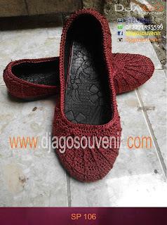 Sepatu Yang dirajut membentuk motif jaring laba laba