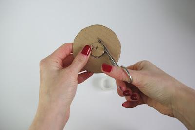 Pompoms selber machen mit Schablonen aus Pappe