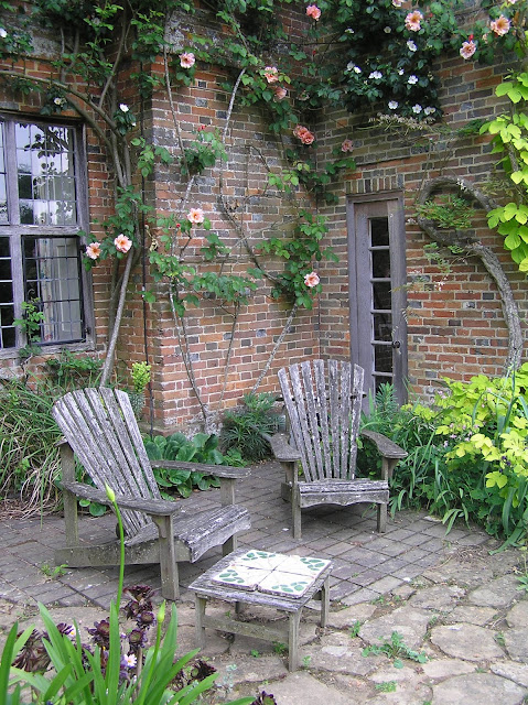 siedziska przy starym dworze