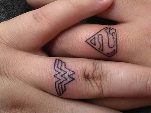 finger tattoo wonder woman superman yüzük parmağı dövmesi