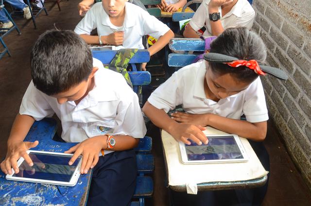 Figura 1 : Niños de Nicaragua utilizando las tablets de Profuturo.