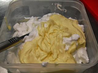 Agregando la crema de piña a las claras batidas.