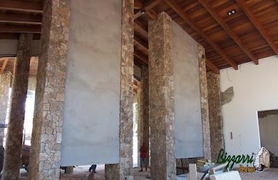 Parede de pedra, com pedra moledo, tipo pedra chapada com cantos, nesse cor de pedra bege claro com espessura de 15 cm a 20 cm em construção de residência em Piracaia-SP.