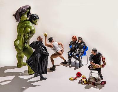 Los super héroes haciendo streap tease a gatubela y la viuda negra