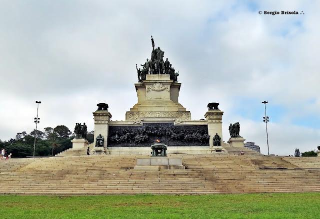 Vista ampla do Monumento a Independência do Brasil - Ipiranga - São Paulo
