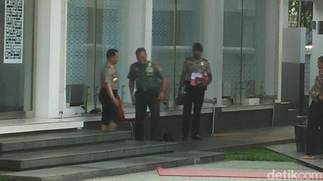 Saat Panglima TNI dan Kapolri Salat Asar Berjemaah di Masjid Istana