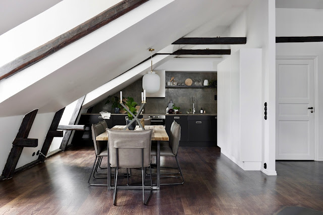 Gri, negru și roz într-o mansardă de 65 m² din Suedia
