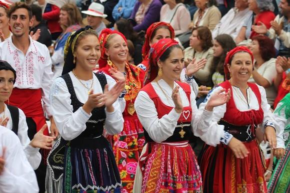 Selon lorganisation, en 2016, plus de 500 femmes se sont inscrites pour le défilé des \u0026quot;mordomas\u0026quot; avec leurs costumes traditionnels.
