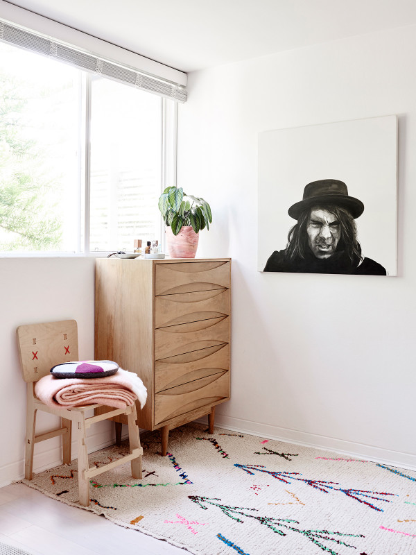 dormitorio luminoso con detalles en rosa quarzo chicanddeco
