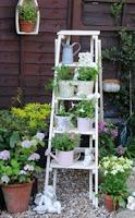 Trasformare una vecchia scala in legno in portavasi nello stile shabby