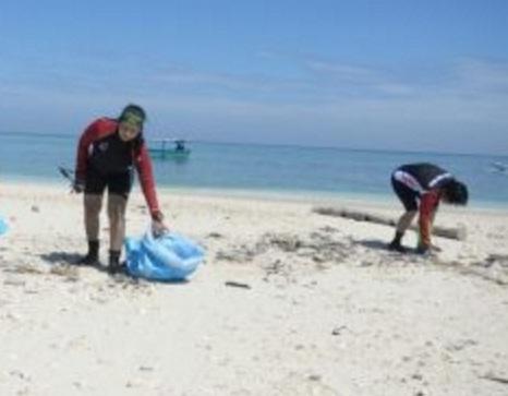 Ribuan Aktifis Penuhi Kewajiban Bersih-Bersih di Pulau