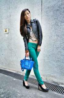 pose artis hongkong mengenakan jaket dari kulit