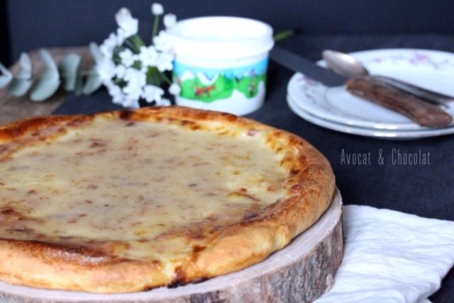 """alt=""""gâteau du Vully avec en arrière plan un pot de crème double"""""""