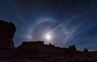 Ayın etrafında oluşan bir hale görüntüsü