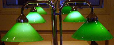 Farbphotographie, gruene Lampen im Lesesaal einer Bibliothek