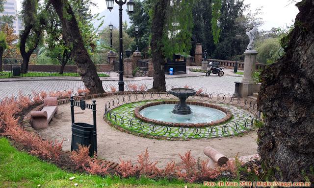 Pequena praça com lago no Cerro Santa Lúcia em Santiago, Chile