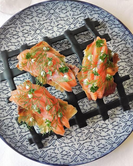 Salmón ahumado y marinado sobre crujiente de pino y eneldo, con puntos de mayonesa de cítricos