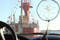 Drömfångare med fyrbåt i bakgrund.