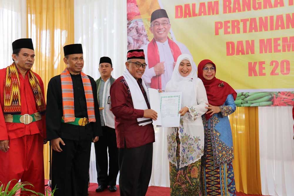 Zeytin Pie menerima sertifikat halal yang diserahkan langsung oleh bapak walikota Depok