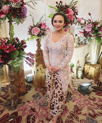 Model Kebaya Brokat Modern Muslim Untuk Ibu-Ibu