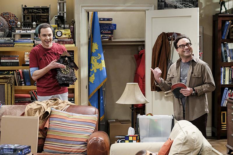Sheldon y Leonard decidiendo quién se queda el reloj más feo del mundo