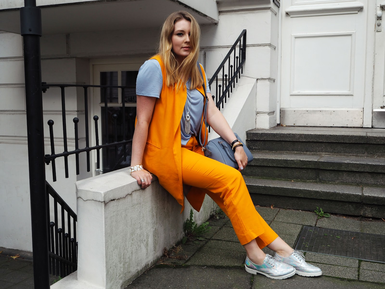 serenity, orange, farbtrend, modeblogger, hamburg, outfit, styling, tasche, blau, pantone, farbmix,