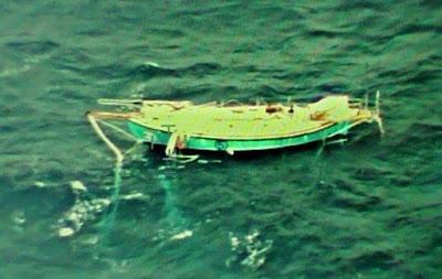 Golden Globe Race - Le bateau de Abhilash Tomy survolé. Son skipper est blessé à l'intérieur