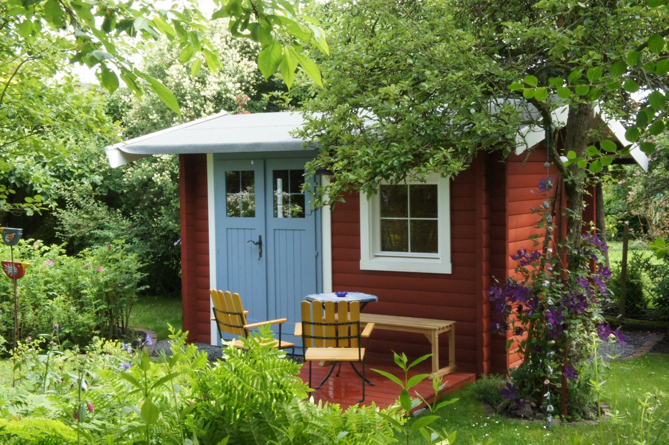If you are looking for small houses that can fit into a small home lot! This post might help you! We all know that these days, being smart and practical means investing in things that are useful, spectacular, and affordable at the same time.  You can even build these compact houses in your garden if you have that extra and bare space that needs something to give more life. For couples who are starting married life, these compact houses can be ideal if you don't have enough budget to build a house and also wants privacy from their parents home.   There are many things you can do with these compact houses aside from being a house, you can turn these into a guest room, an entertaining room, a home office or a garden shed! Take a look at these 20 small houses for inspiration!