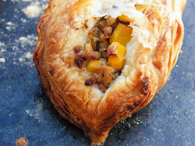 Simple puff pastry parcels filled with a savoury filling of vegetarian haggis, peas and sweetcorn, with an optional hit of flavour from wholegrain mustard. Perfect for Bonfire Night,  Burns Night or just something different for packed lunches.