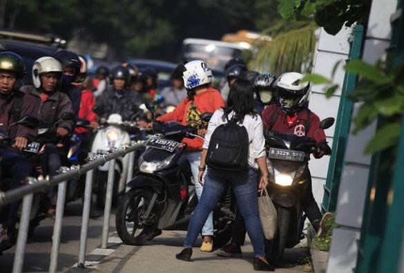 Ramai Kagum Melihat Tindakan Wanita Sekolahkan Mat Moto