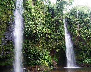 air terjun tiga susun ini berada di daerah hutan lindung yang dijadikan hutan kemasyaraka Tempat Wisata wisata alam : gerojokan benang kelambu stokel lombok