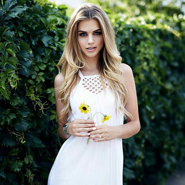 Pretty white Dress and golden hairstyle