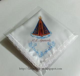 Lenço de cetim com imagem de Nossa Senhora Aparecida.