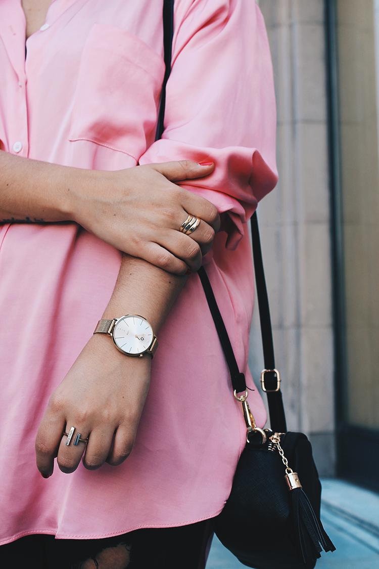 reloj joyas mom y camisa rosa