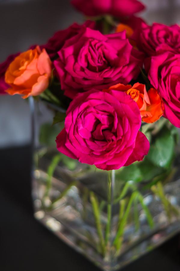 Blog + Fotografie by it's me! | fim.works | Geburtstagsblumen in Knallfarben | orangefarbene und pinkfarbene Rosen