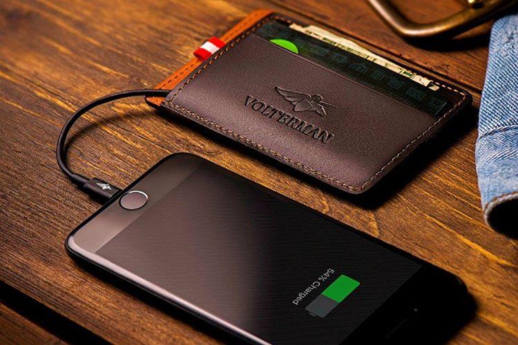 Volterman cüzdan görünümde taşınabilir bir güç cihazıdır.
