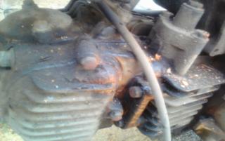 Gambar enjin bocor minyak hitam