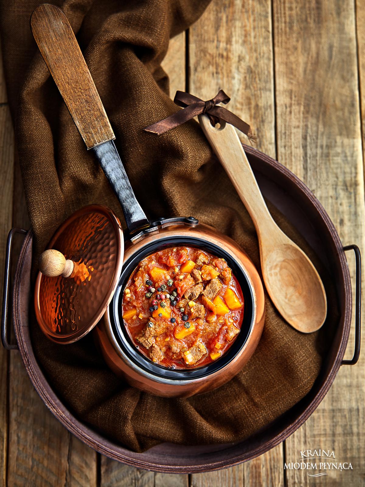 gulasz wołowy z marchewką i świeżymi pomidorami, gulasz mięsny, wołowina w sosie pomidorowym, sos ze świeżych pomidorów, sos do mięsa, mięso w sosie, kraina miodem płynąca,